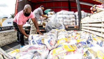Mesa Brasil Sesc e Supermercados BH distribuem 14 mil cestas básicas